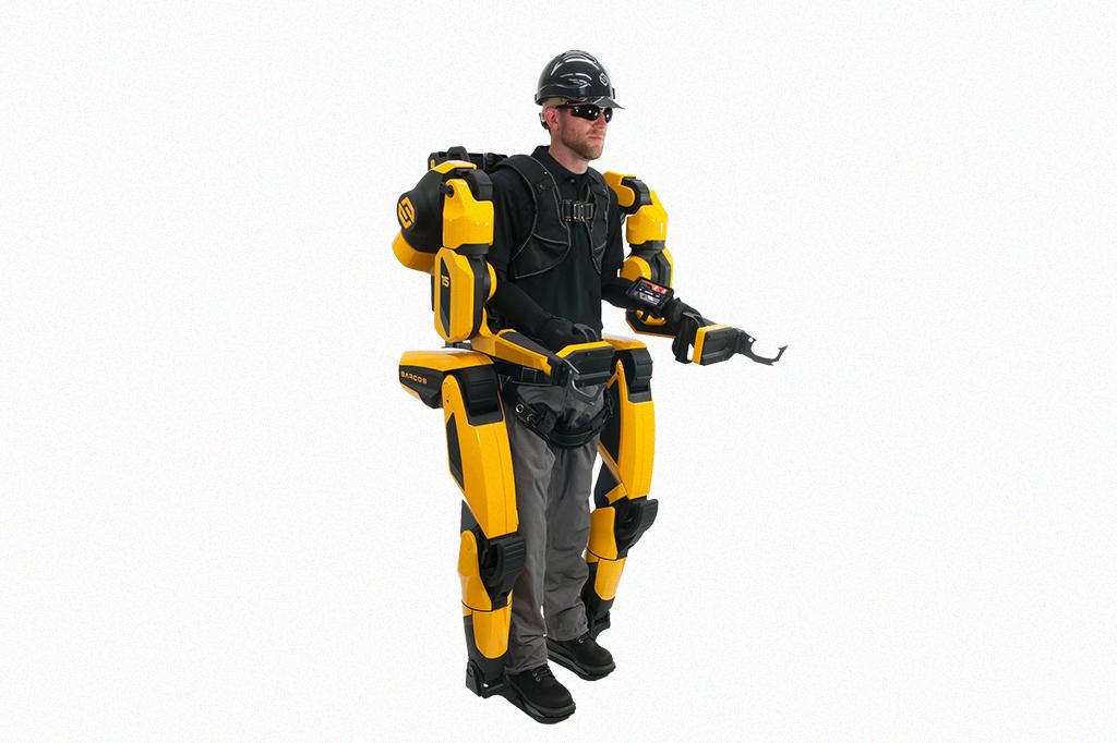 Homem utilizando o exoesqueleto