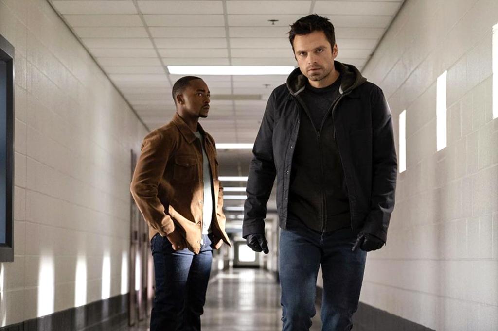 Anthony Mackie e Sebastian Stan em roupas comuns na série 'Falcão e o Soldado Invernal'.