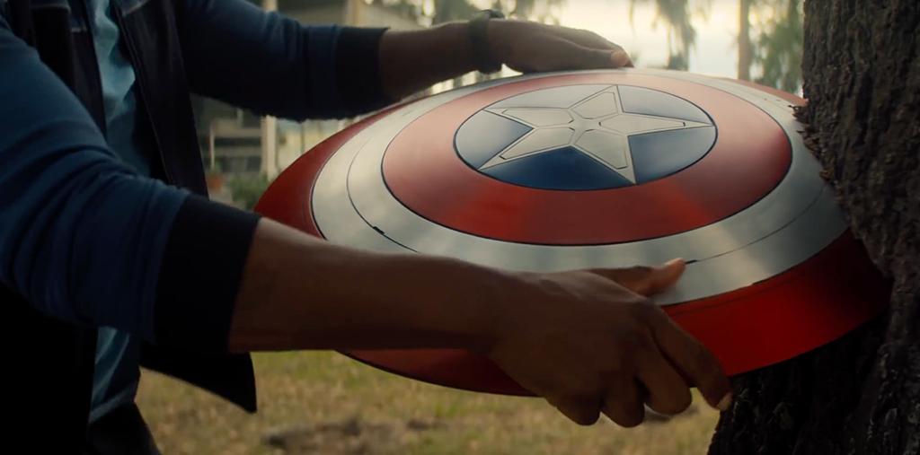 Sebastian Stan retirando o escudo do Capitão América da árvore.