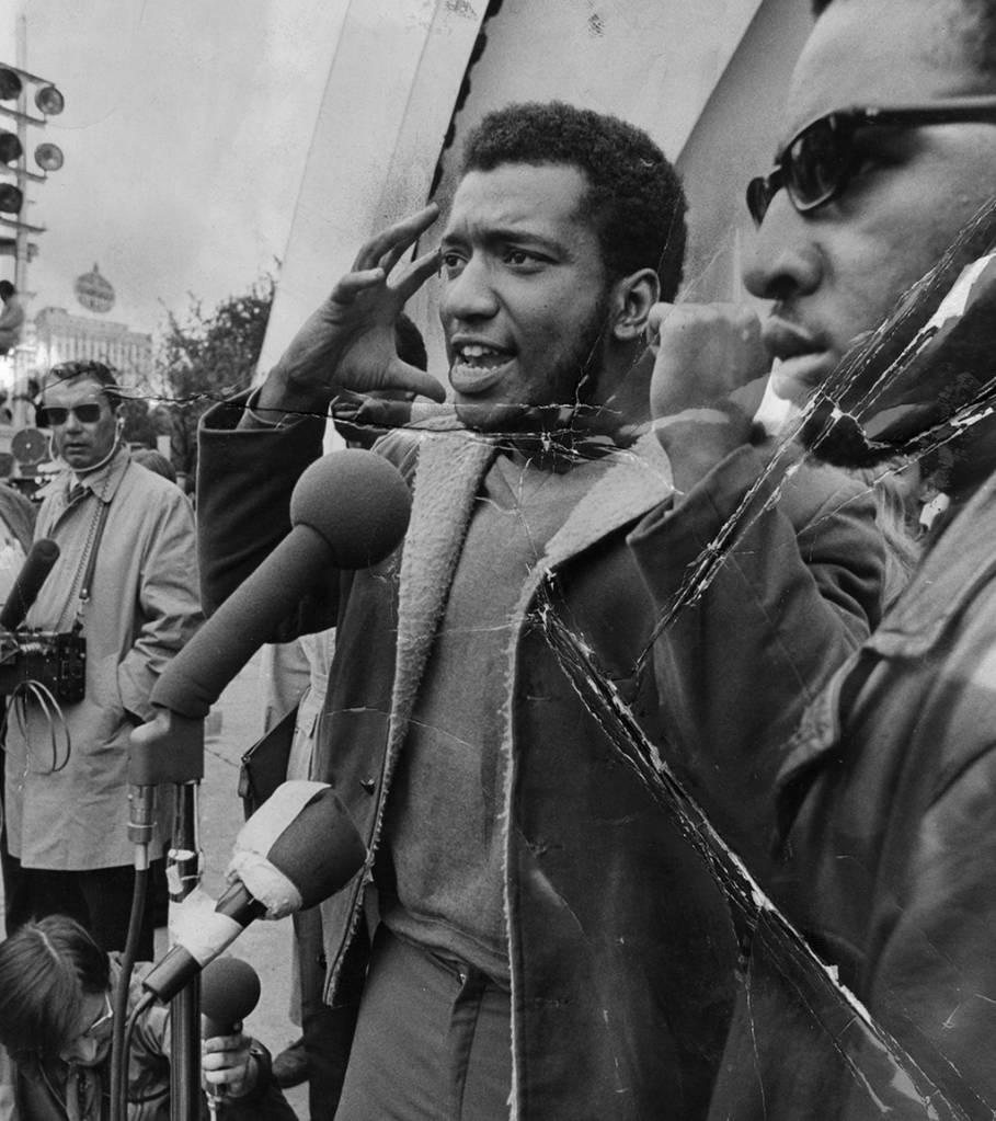 Foto de Fred Hampton falando em um comício no Grant Park, em Chicago, em setembro de 1969.