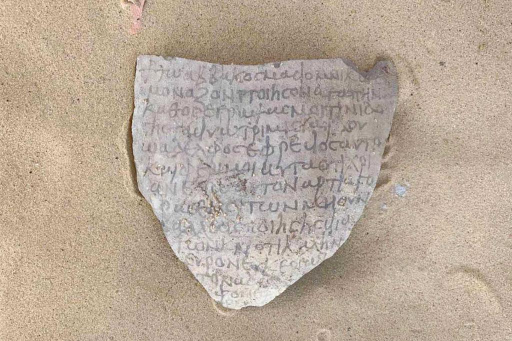 Fragmento de cerâmica contendo escrita grega.
