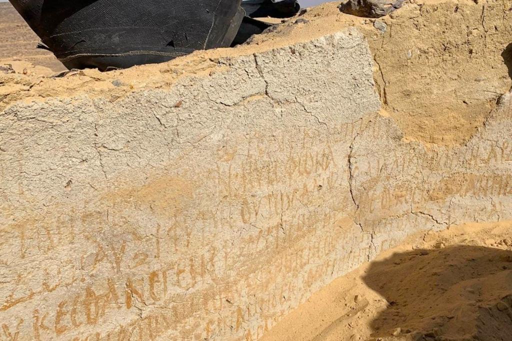 Inscrições bíblicas na parede de uma das câmaras esculpidas na rocha.