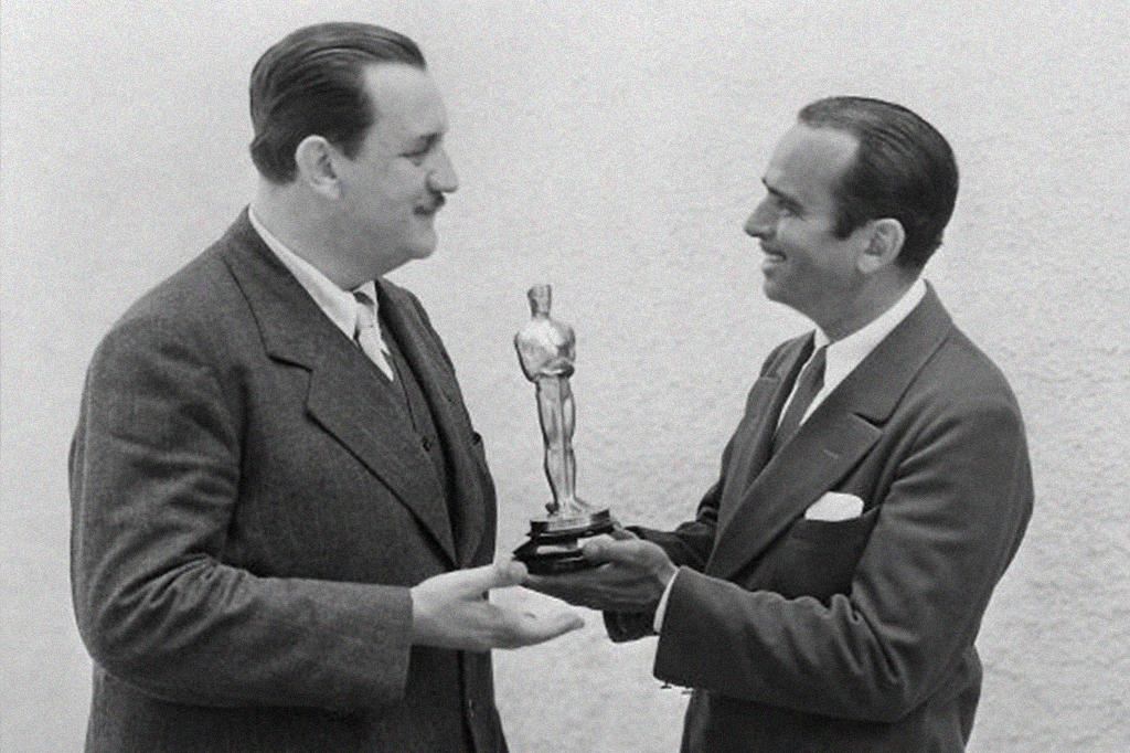 Joseph Farnham recebendo seu Oscar do apresentador Douglas Fairbanks, em 1929.