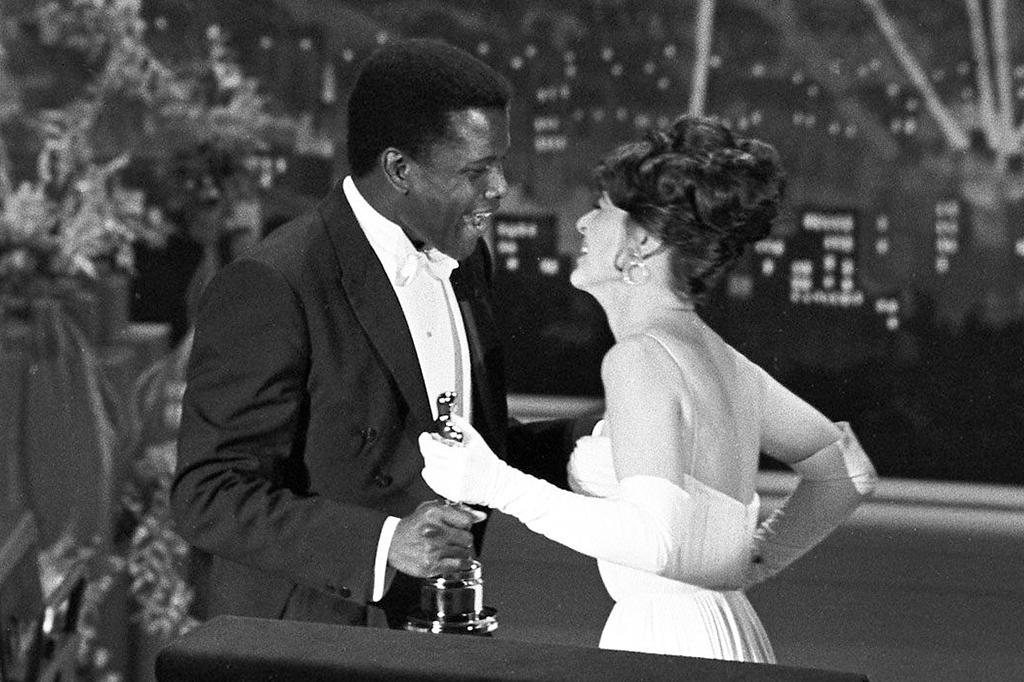 Sidney Poitier recebendo seu Oscar, em 1964.