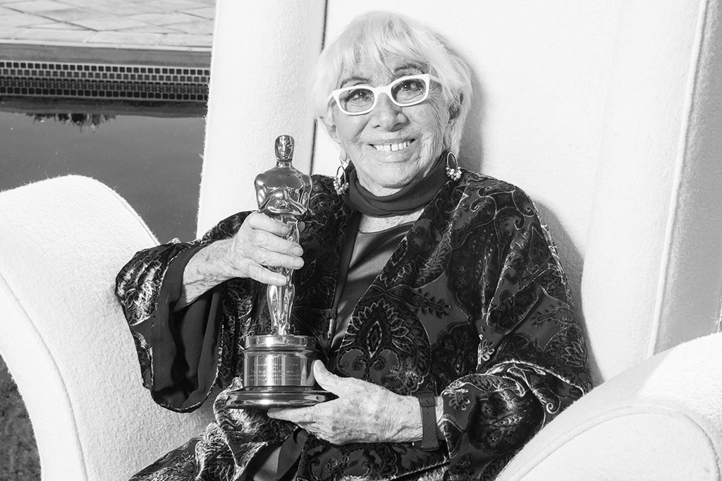 Lina Wertmuller posando com o Oscar.