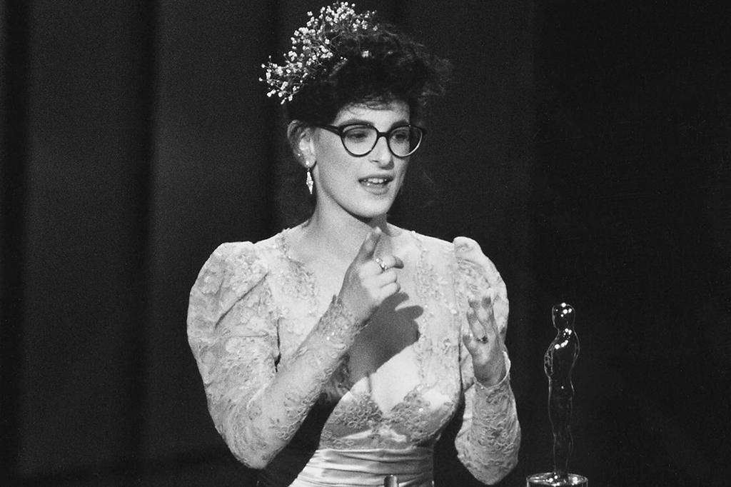 Marlee Matlin dando seu discurso após receber o Oscar.