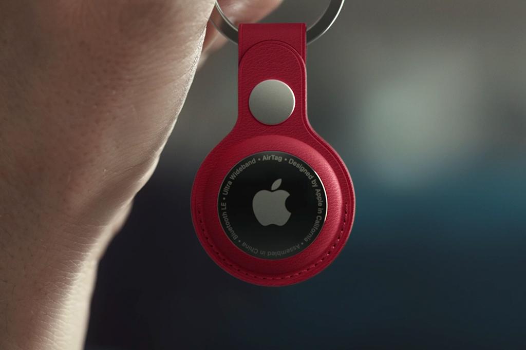 Foto do novo AirTag em um chaveiro de couro vermelho.