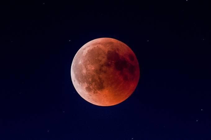 Como ver o eclipse lunar de amanhã
