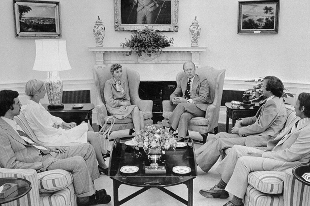 O presidente Gerald Ford, no centro, reunido com a família do cientista Frank Olson, que se suicidou após participar de testes da CIA com alucinógenos.