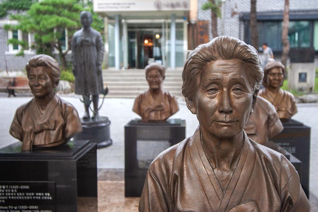 Estátuas de mulheres coreanas na House of Sharing, um abrigo para vítimas da escravidão sexual militar japonesa na Segunda Guerra Mundial.