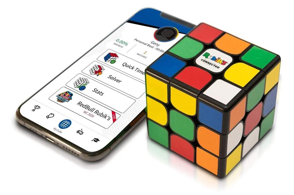 Foto Rubik's Connected Cube ao lado de um celular.