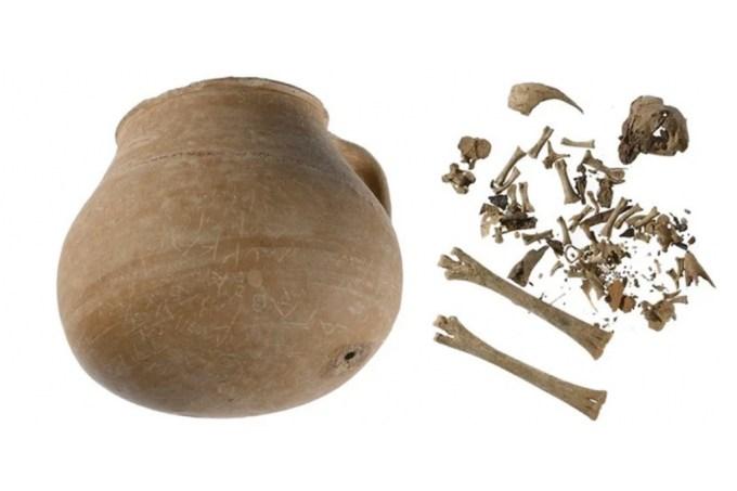 Jarra de 2.300 anos com ossos de galinha era parte de maldição em Atenas