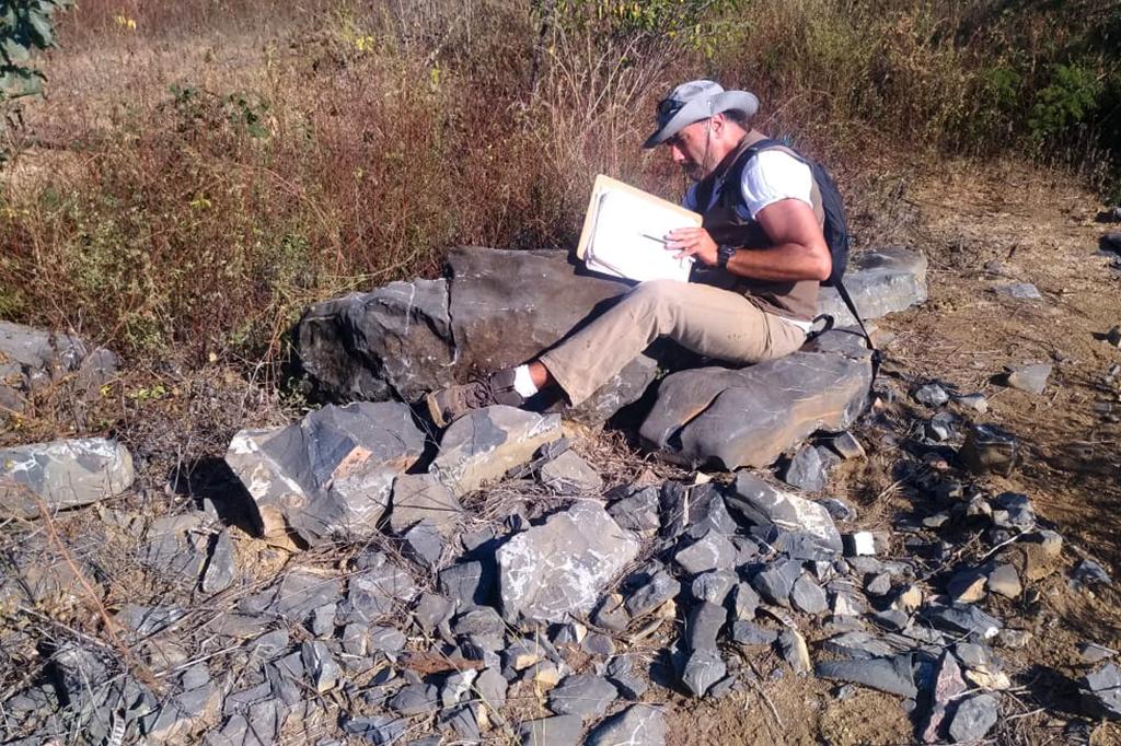 Pesquisador do Serviço Geológico do Brasil (SGB-CPRM) no local do afloramento dos fósseis.