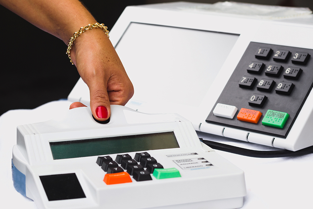 Foto mostrando o sistema de biometria utilizado nas eleições brasileiras.