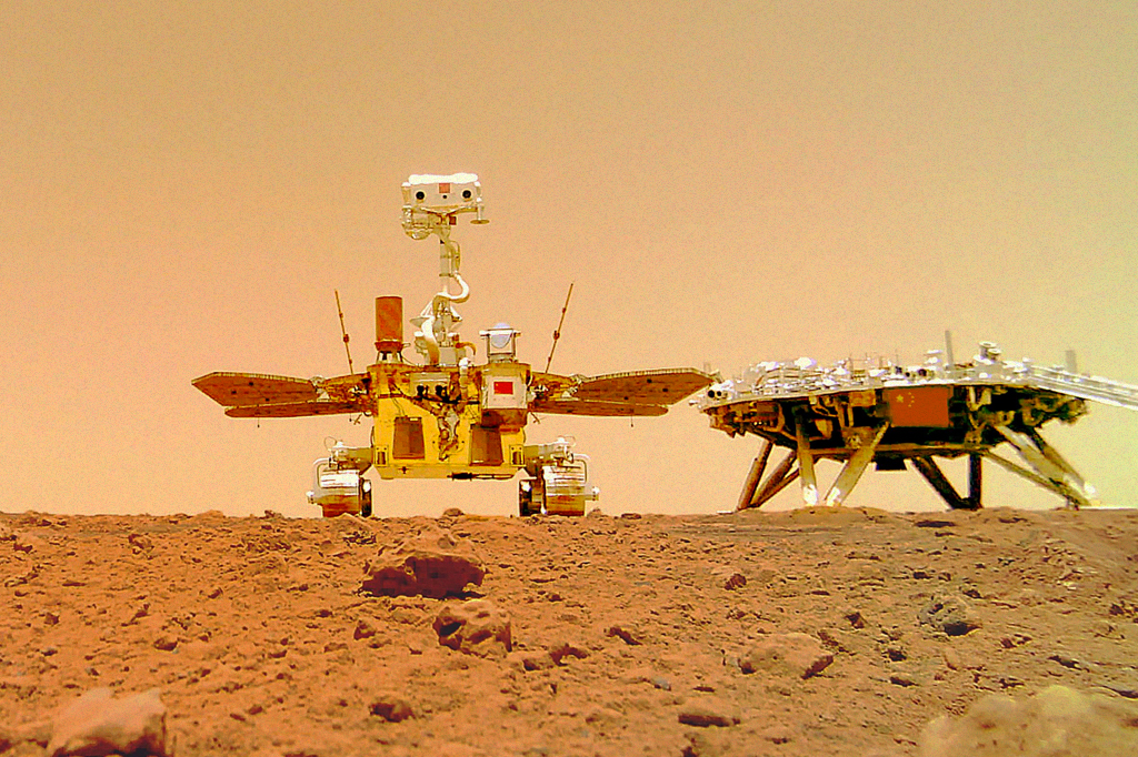 O rover Zhurong e sua plataforma de pouso à direita.