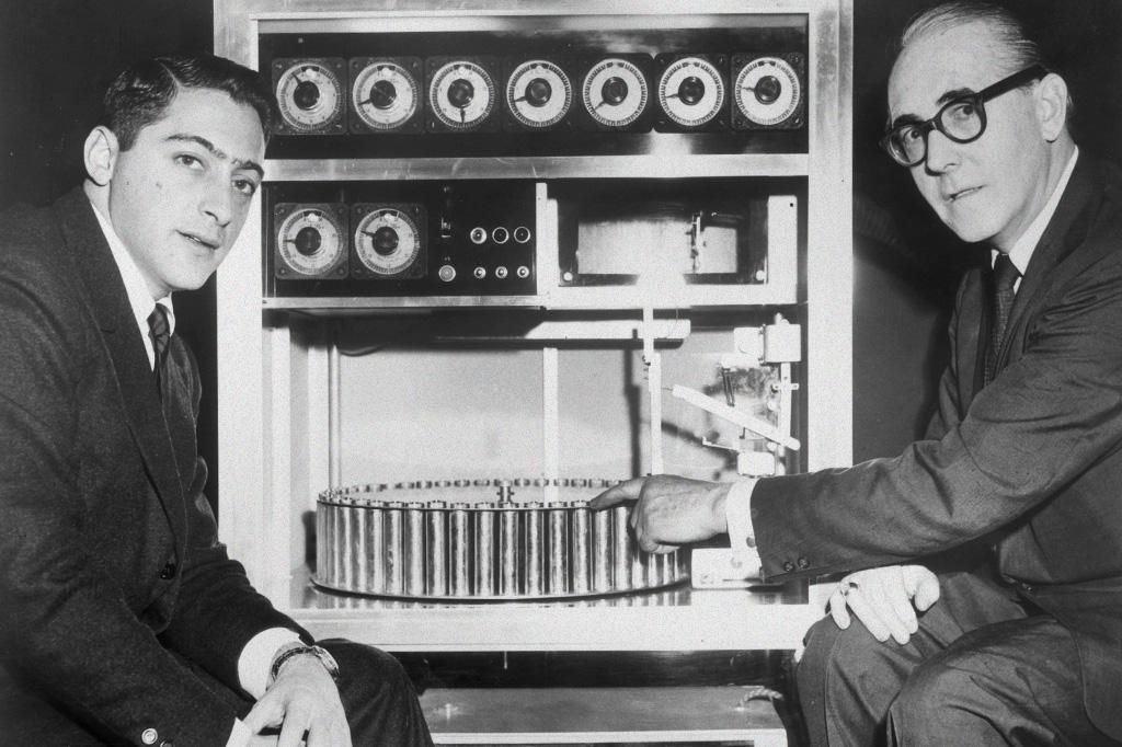 O produtor de filmes Mike Todd Jr. e o inventor do Smell-O-Vision, Hans Laube, ao lado da máquina.