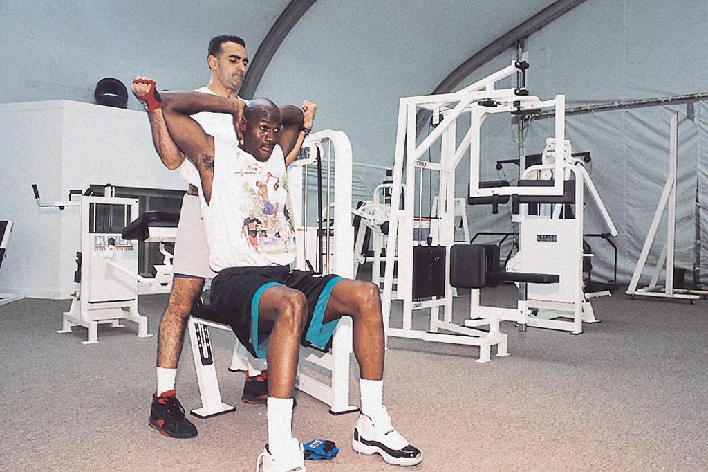 Foto de Michael Jordan treinando no Jordan Dome.