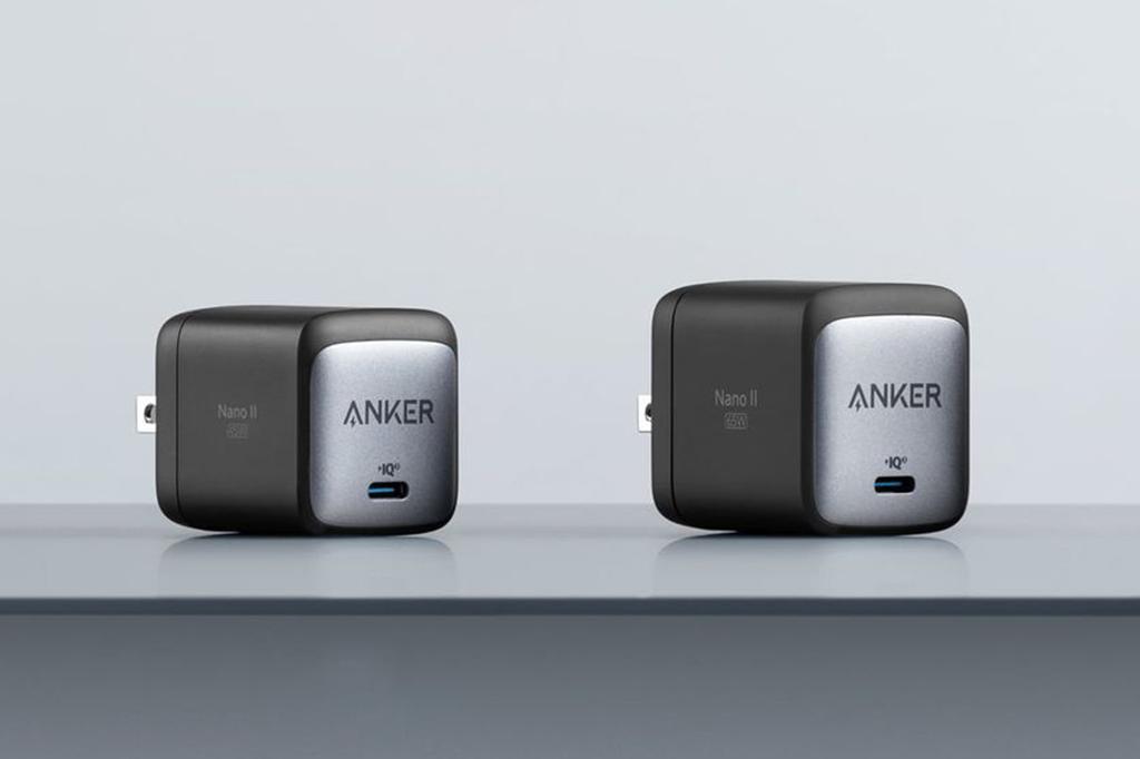 Foto de dois carregadores Anker Nano II.