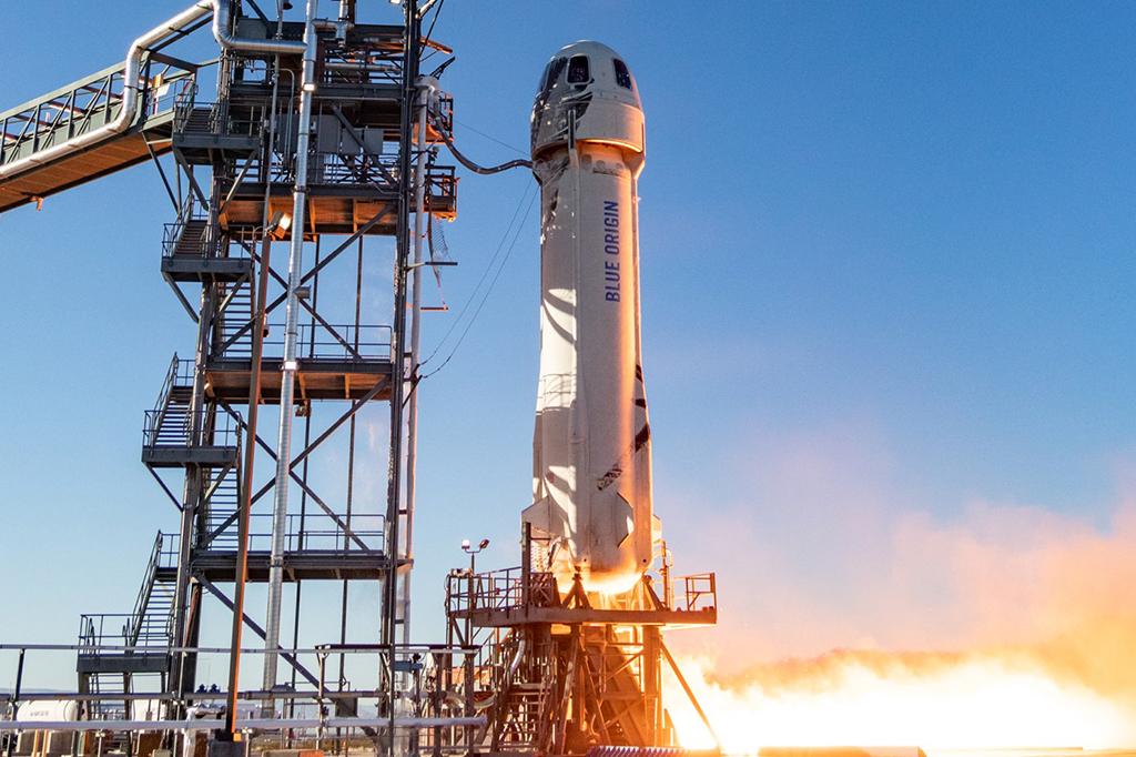 Foto do foguete New Shepard, na plataforma de lançamento.