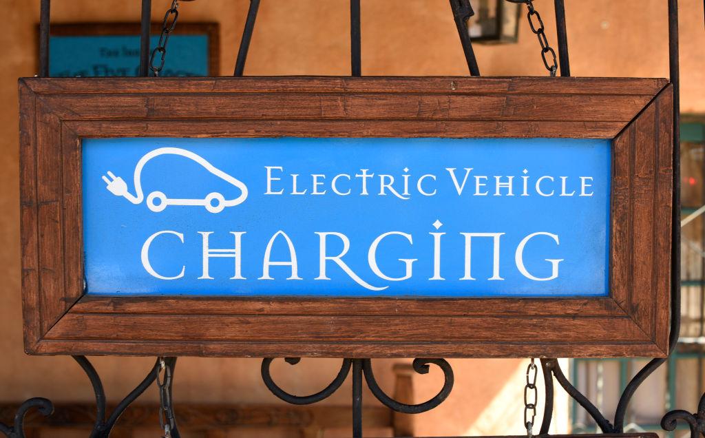 Plaquinha num hotel em Santa Fé, Novo México, sinalizando um ponto de recarga para carros elétricos.