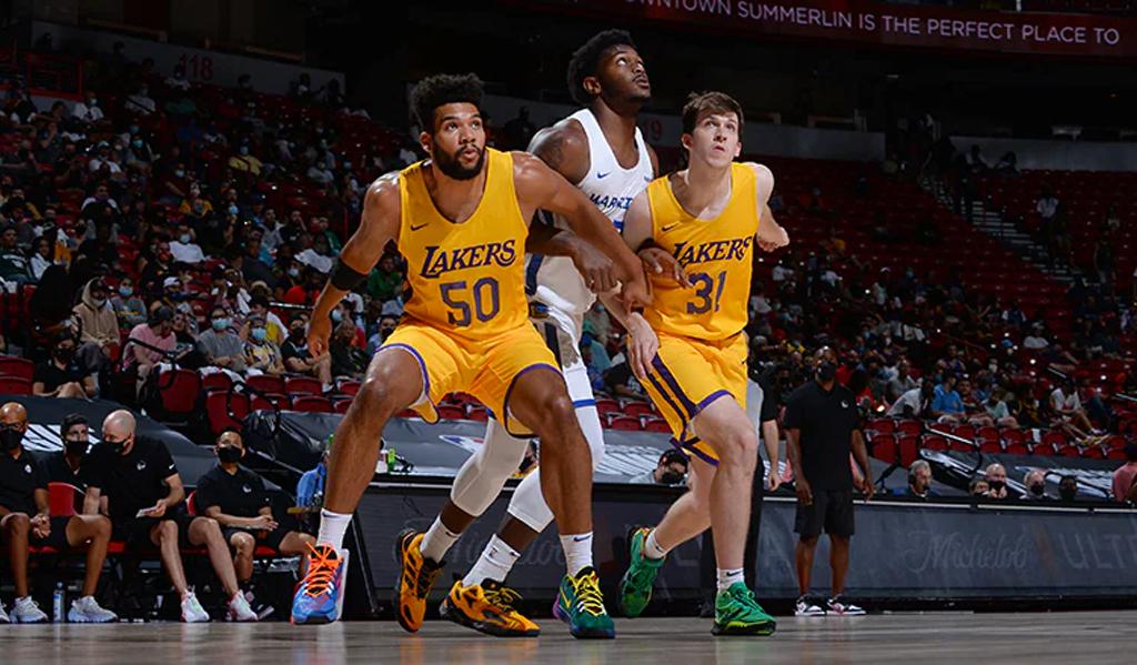 jogadores da NBA durante uma partida de basquete