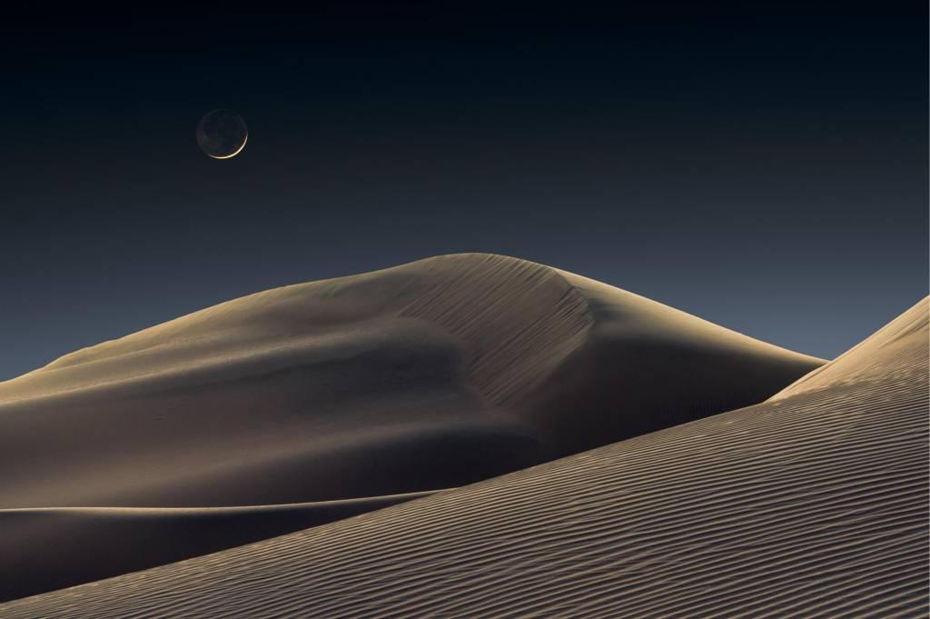 Foto de dunas com uma lua