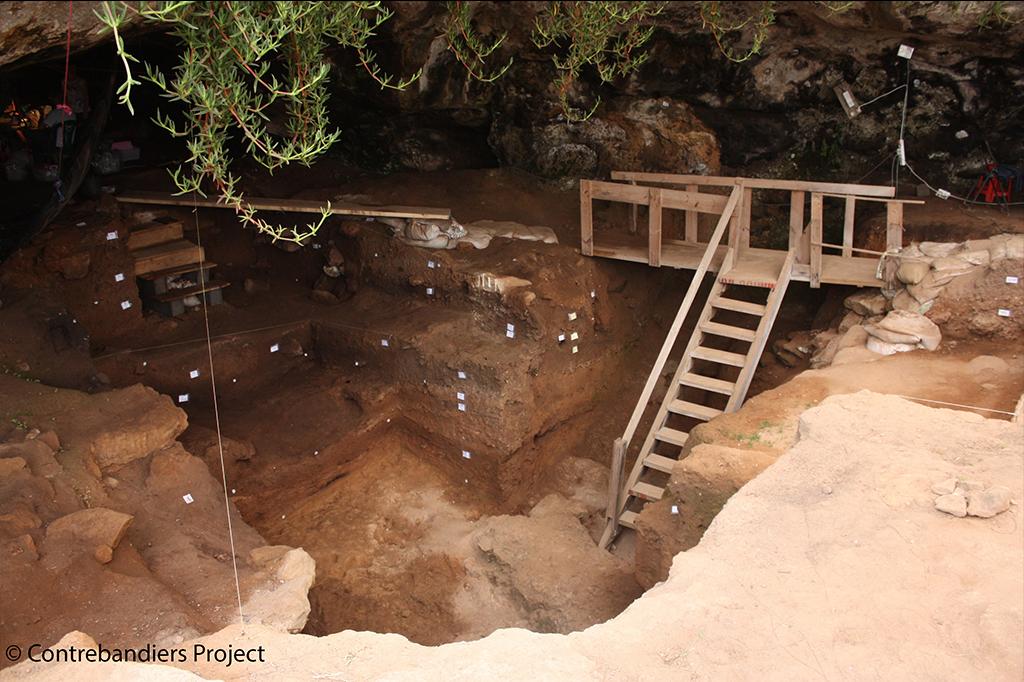 Imagem da caverna Contrebandiers na costa atlântica do Marrocos, local onde as ferramentas e ossos foram encontrados.