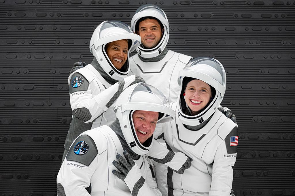 Foto dos quarto tripulantes da missão, usando roupas próprias para o ensaio do lançamento espacial