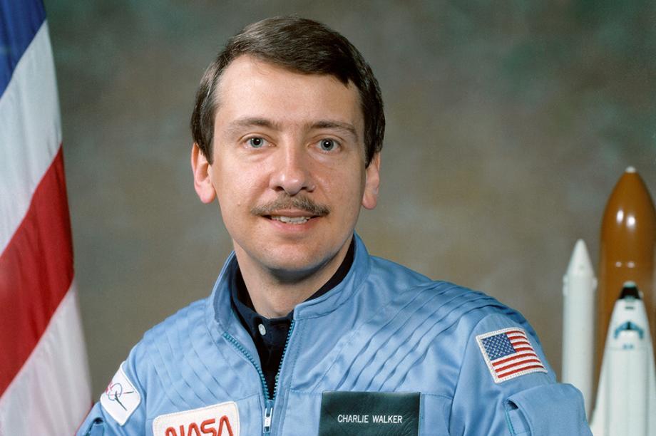 Charles Walke (1984): engenheiro, participou do projeto dos ônibus espaciais. Não era da Nasa: trabalhava na McDonnell Douglas, uma indústria aeroespacial. Pegou carona em sua criação.